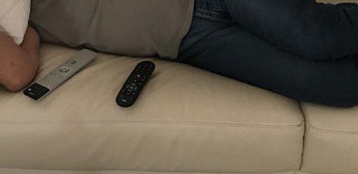 auf dem sofa liegen