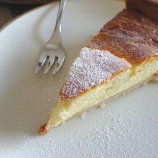 Käsekuchen auf dem Teller